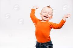 Foto des kleinen Jungen, spielend mit Seife b stockfotografie