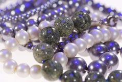 Foto des kostbaren Schmucks Halskette der grauen Perlennahaufnahme stockfotografie
