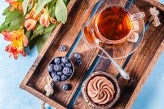 Foto des Kuchens mit Blaubeeren, Tasse Tee Stockbild