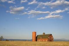 Foto des landwirtschaftlichen roten Stalles mit blauem Himmel Stockbilder