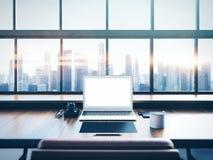Foto des Laptops auf dem worksplace mit panoramischem Lizenzfreie Stockbilder
