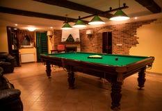 Foto des luxuriösen Raumes mit Billardtisch stockfotografie