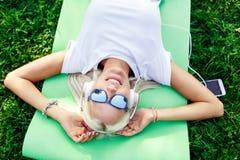 Foto des Mädchens in den Kopfhörern und in der Sonnenbrille Lizenzfreie Stockbilder