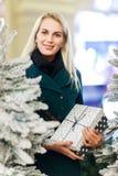 Foto des Mädchens mit Geschenk im Kasten des Baums der weißen Weihnacht Lizenzfreies Stockfoto