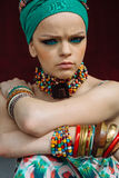 Foto des Mädchens mit großem Zubehör in der afrikanischen Art Lizenzfreies Stockbild