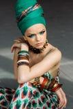 Foto des Mädchens mit großem Zubehör in der afrikanischen Art Lizenzfreie Stockfotos