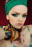 Foto des Mädchens mit großem Zubehör in der afrikanischen Art Stockbild