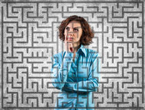 Mädchen vor einem Labyrinth stockbild