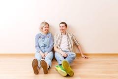 Foto des Mannes und der Frau, die auf Boden sitzen Stockfoto