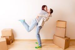 Foto des Mannes und der Frau, die unter Pappschachteln stehen Stockbilder