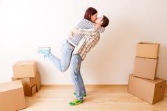Foto des Mannes und der Frau, die unter Pappschachteln stehen Stockfotos