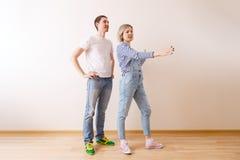 Foto des Mannes und der Frau in der neuen leeren Wohnung Stockfotografie
