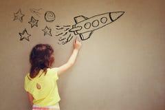 Foto des netten Kindes stellen sich Prinzessin oder Märchenphantasie vor Satz infographics über strukturiertem Wandhintergrund Stockfotos