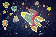 Foto des netten Kindes stellen sich spachip Flug vor Bild mit Satz infographics über glittery Hintergrund Lizenzfreies Stockbild