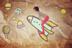 Foto des netten Kindes stellen sich spachip Flug vor Bild mit Satz infographics über Papierhintergrund Stockbilder