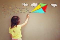 Foto des netten Kindes stellen vor sich, Drachen zu fliegen Satz infographics über strukturiertem Wandhintergrund Lizenzfreie Stockfotos