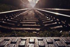 Foto des niedrigen Winkels von Schienen und von Lagerschwellen und von pedastrin Übergang stockfotografie