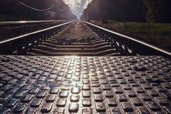 Foto des niedrigen Winkels von Schienen und von Lagerschwellen und von pedastrin Übergang lizenzfreie stockfotografie