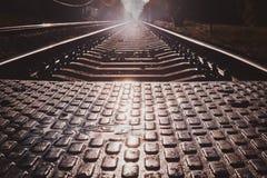 Foto des niedrigen Winkels von Schienen und von Lagerschwellen und von pedastrin Übergang stockfoto