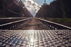 Foto des niedrigen Winkels von Schienen und von Lagerschwellen und von pedastrin Übergang lizenzfreies stockfoto