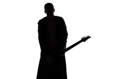 Foto des Schattenbildes des jungen Mannes mit der Gitarre Lizenzfreie Stockbilder