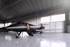 Foto des schwarzen Matte Luxury Generic Design Private-Jet-Parkens im Hangarflughafen Konkreter Boden Junge Frau im Herbstwald Stockfotos