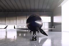 Foto des schwarzen Matte Luxury Generic Design Private-Jet-Parkens im Hangarflughafen Konkreter Boden Junge Frau im Herbstwald Stockfotografie