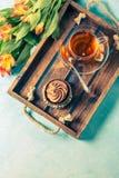 Foto des schwarzen Tees in der Schale, backen mit Sahne zusammen Stockfotografie
