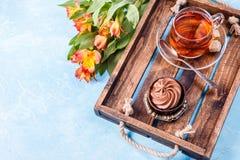 Foto des schwarzen Tees, Kuchen mit leerem Platz Stockbild