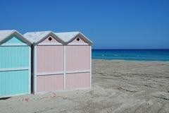Foto des sizilianischen Strandes mit Kabinen an einem sonnigen Tag Stockbild
