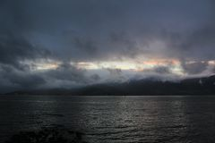 Foto des Sonnenuntergangs im Meer Lizenzfreie Stockbilder