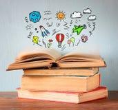 Foto des Stapels alter Bücher Spitzenbuch ist mit Satz infographics offen Fantasie- und Bildungskonzept stockbilder