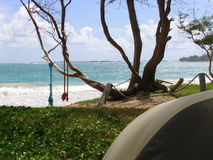 Foto des Strand-Zelt-Zeltplatzes an Malaekahana-Bucht auf Oahu Lizenzfreies Stockbild