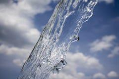 Foto des Stromes des Wassers über Himmelhintergrund Weiche Farben Lizenzfreie Stockfotografie