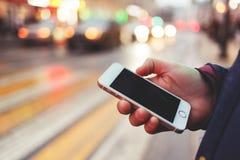 Foto des Telefons mit schwarzem Schirm in Mann ` s Hand auf unscharfem Hintergrund Stockfoto