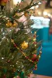 Foto des verzierten Weihnachtsbaums mit Bällen und Perlen Lizenzfreie Stockbilder