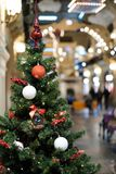 Foto des verzierten Weihnachtsbaums mit den roten und weißen Bällen Lizenzfreie Stockfotografie
