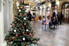 Foto des verzierten Weihnachtsbaums mit den roten und weißen Spielwaren Stockfotos