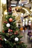 Foto des verzierten Weihnachtsbaums mit den roten und weißen Spielwaren Lizenzfreies Stockbild
