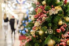 Foto des verzierten Weihnachtsbaums mit Rot und Goldverzierungen Lizenzfreies Stockfoto