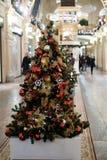 Foto des verzierten Weihnachtsbaums mit Rot und Goldverzierungen Stockfoto
