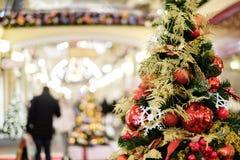 Foto des verzierten Weihnachtsbaums mit Rot und Goldverzierungen Lizenzfreie Stockbilder