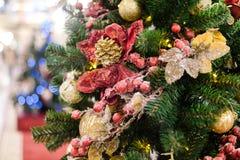 Foto des verzierten Weihnachtsbaums mit Rot und Goldverzierungen Lizenzfreie Stockfotos