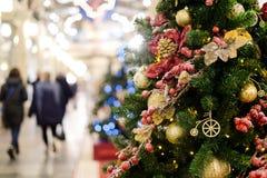 Foto des verzierten Weihnachtsbaums mit Rot und Goldverzierungen Lizenzfreies Stockbild