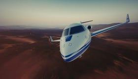 Foto des weißen generischen LuxusDesigns private Jet Flying im Himmel unter der Erdoberfläche Unbewohnte Wüstenberge Stockfotos