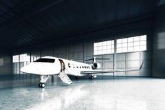 Foto des weißen Matte Luxury Generic Design Private-Jet-Parkens im Hangarflughafen Konkreter Boden Junge Frau im Herbstwald Stockbild