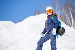 Foto des weiblichen Athleten im Sturzhelm während des Winters Stockfoto