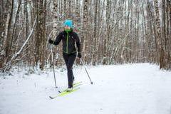 Foto des weiblichen Skifahrers in der schwarzen Jacke Stockfotografie