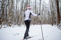 Foto des weiblichen Skifahrers in der weißen Jacke Lizenzfreie Stockfotos