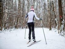Foto des weiblichen Skifahrers in der weißen Jacke Lizenzfreie Stockfotografie